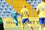 Fotbalisté Fastavu Zlín (ve žlutém) v důležitém zápase bojů o záchranu ve 28. kole v sobotu hostili poslední Příbram. Na snímku brankář Dostál.