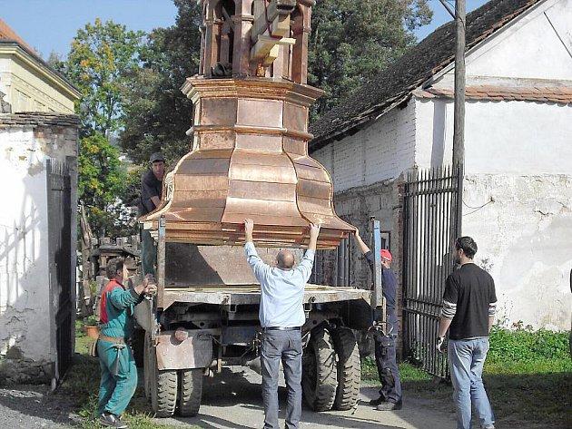 Novou věž na Radíč přivezl náklaďák a pak už musel precizní práci provést jeřábník