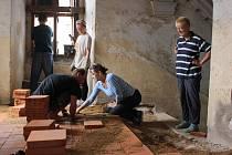 Kromě místních obyvatel při úklidu a opravě rožmitálského zámku přiložili ruku k dílu i zahraniční pracovníci.