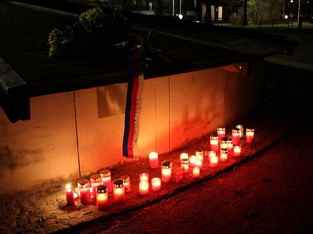 KYTICE se stuhou a zapálené svíčky u kašny se sousoším zvěrokruhu na náměstí 17. listopadu jako symbol vzpomínky na událostí před 27 lety.