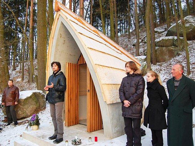 Architekt Dostál před kaplí