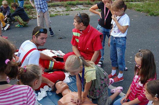 Hasiči učili malé děti základním dovednostem.