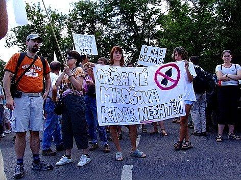 Podobnou protestní akci pořádala iniciativa Ne základnám loni v létě v Jincích. Pochod tehdy také prošel podél újezdu.