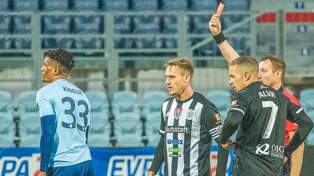 Příbramský stoper Olivier Kingue dostává červenou kartu v zápase na hřišti Českých Budějovic.