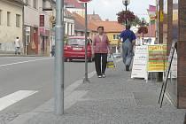 Nově vydlážděný chodník v ulici 28. října.