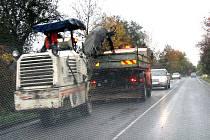 Oprava výtluků na silnici do Sedlčan