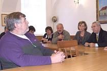 S tím, aby starostové podbrdských obcí vyrazili do Bruselu, kde si má vyslechnout Evropský parlament jejich stížnosti na českou vládu, jim poradil mimo jiných i italský europoslanec Gulietto Chiesy (zcela vpravo). Poslanec před časem navštívil Rožmitál,