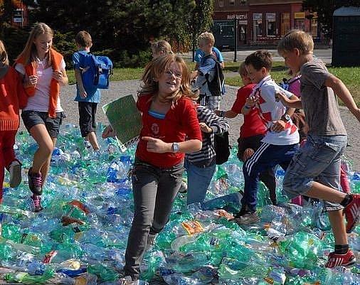 Na závěr soutěže o nejdelší rameno chobotnice děti sešlapaly každý soutěžní výtvor vyrobený z PET-lahví.