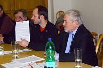 Jan Tamáš (vlevo) z hnutí Nenásilí společně se starostou Trokavce Janem Neoralem představili dalším starostům jednotlivé kroky v nové protiradarové kampani.