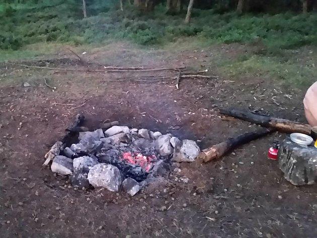 Přes suché a horké počasí letošního roku někteří nezodpovědní lidé hazardují a rozdělávají oheň v lese. Rozdělání ohně je porušením zákona o lesích a za daný přestupek je stanovena pokuta do výše patnácti tisíc korun.