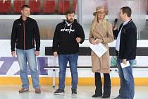 KOMUNIKACE.  Hokejový klub HC Příbram sice nemá obsazenou pozici tiskového mluvčího, ale přesto komunikace  klubu  s veřejností funguje. Na fotce zleva: Karel Makovec, Roman Kantor, Veronika Kašáková, Petr Vinš.