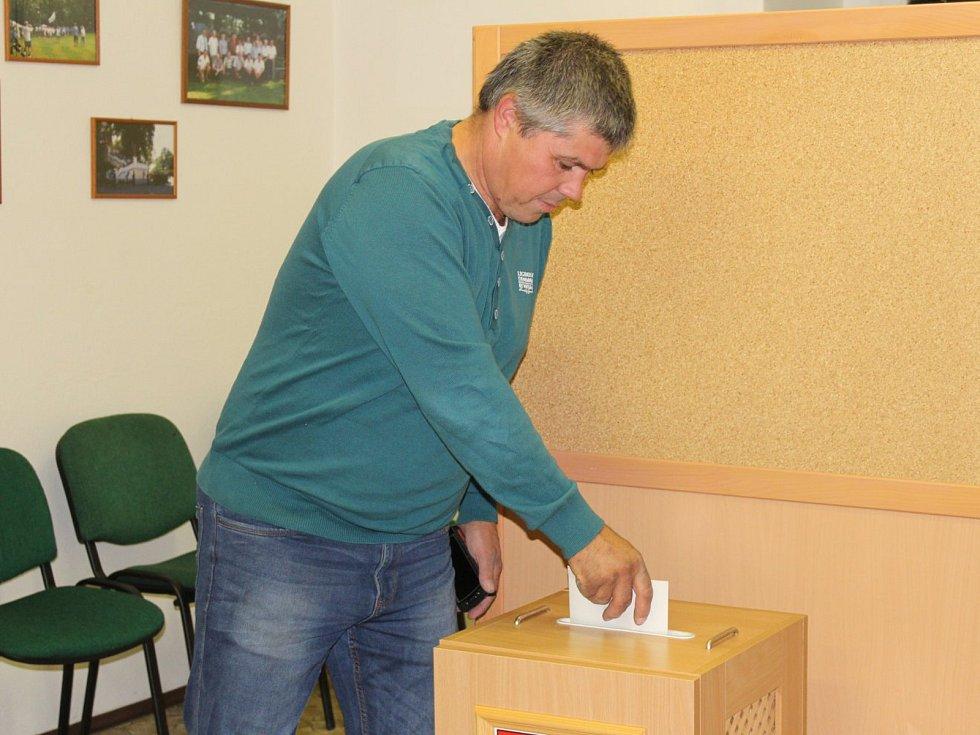 V Nalžovicích vládla dobrá nálada i v pozdních večerních hodinách, i před uzavřením místnosti chodili voliči.