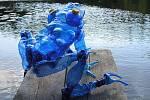Tvorba Veroniky Richterové - plastika z pet lahví: pralesnička azurová.