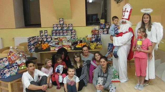 Mikuláš s čertem a andělem přinesl dětem nadílku v podobě sbírky spolku Radost příbramáčkům.
