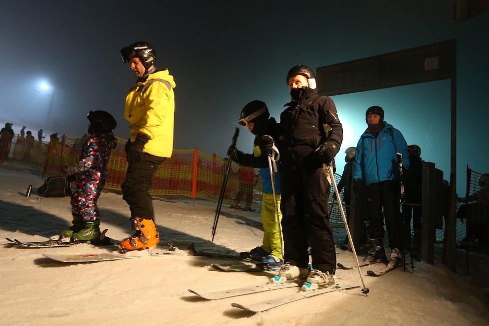 Z večerního lyžování ve skiareálu Monínec.