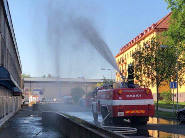 Jednotky HZS zkrápějí okolí roztříštěným proudem vody tak, aby byl čpavek sražen ze vzduchu dolů na zem.