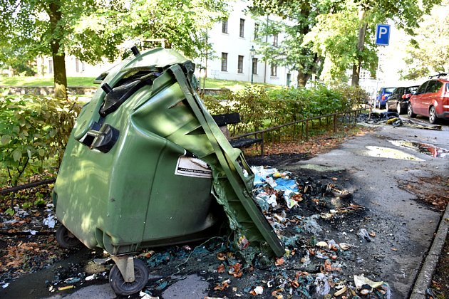 Jeden ze zničených kontejnerů na odpad v Příbrami.