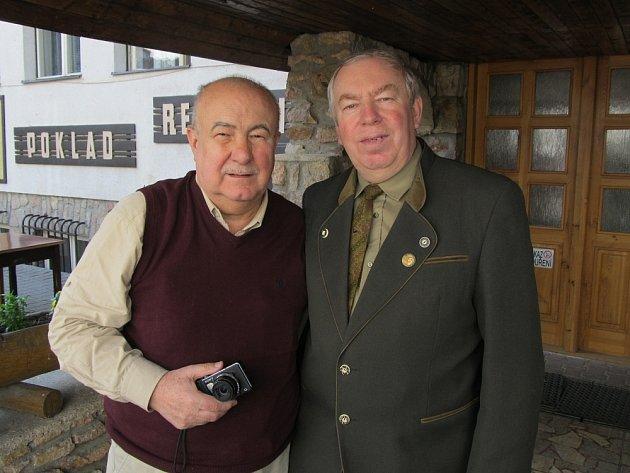 Jiří Janů (vpravo) s lídrem kandidátky za Stranu zdravého rozumu Petrem Hannigem.