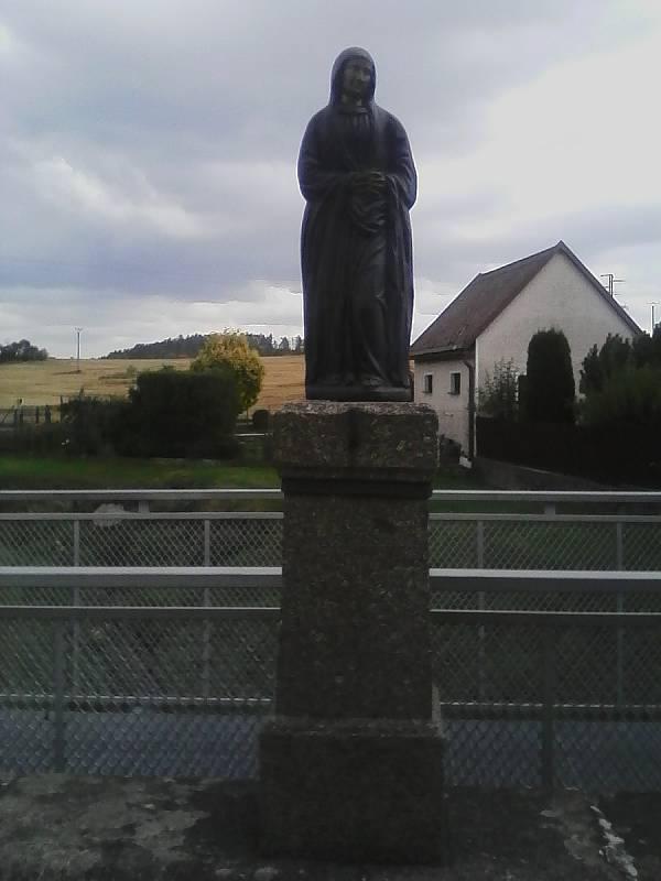 Socha svatého přes potok Brzina u Petrovic.