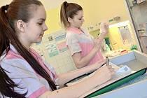 Budoucí zdravotní sestřičky skládají maturitu.