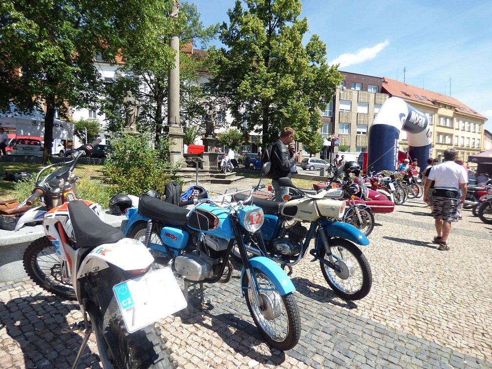 VETERÁN klub Sedlčany potěšil příznivce motorismu hned třikrát – jednodenní výstavou na náměstí, výstavou v muzeu Pokrok nezastavíš, která potrvá do 1. října a trvalou expozicí Sedlčanské kotliny.