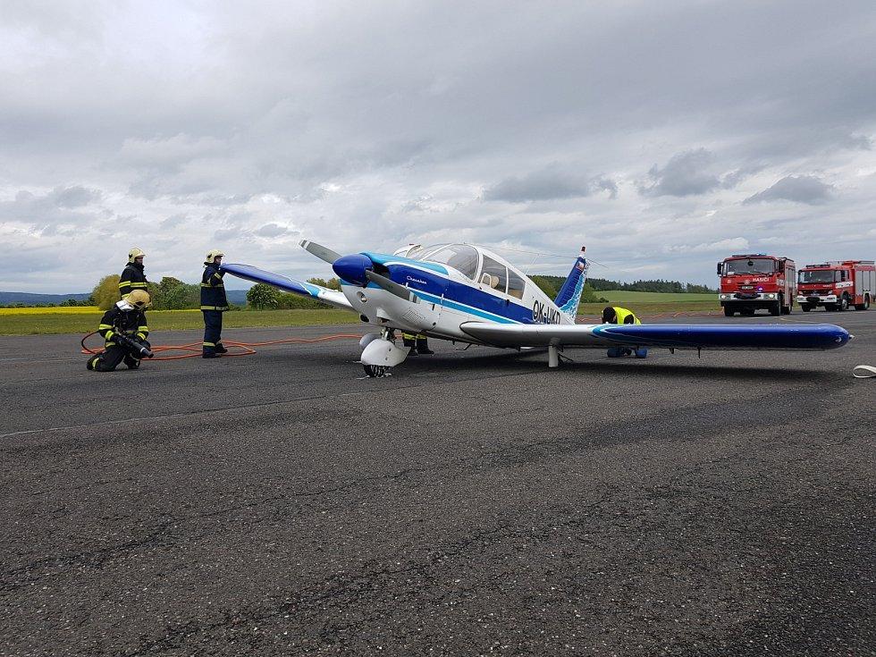 Hasiči asistovali při nouzovém přistání malého letadla u Příbrami.