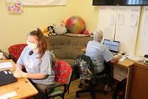 Dobrovolníci z příbramské Adry pomáhají seniorům s obstarání nákupů nebo léků.