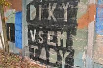 Lidé, kteří prošli komunitou na Včelníku, zanechají vždy nějaké dílko na zdi základny.