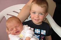 Dvouletý Kubíček má velkou radost z brášky Martina Šeráka, který se mamince Veronice a tatínkovi Danielovi z Příbrami narodil ve středu 28. července a v ten den vážil 3,67 kg a měřil 51 cm.