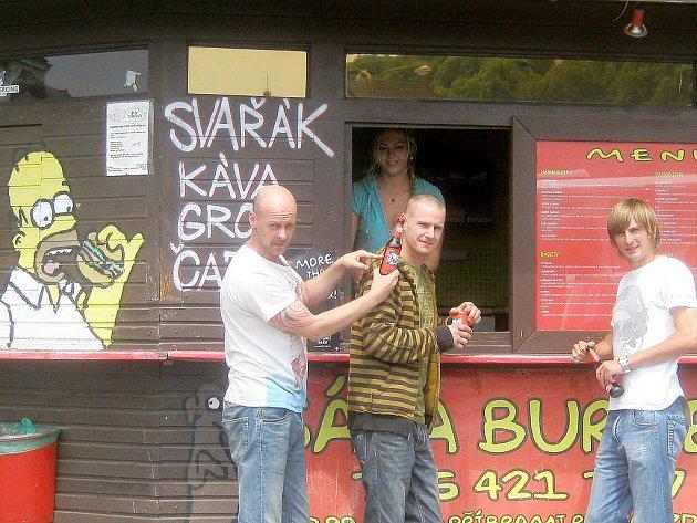 Ondřej Sobíšek (uprostřed) by rád založil síť Šáša burgerů po celé republice.
