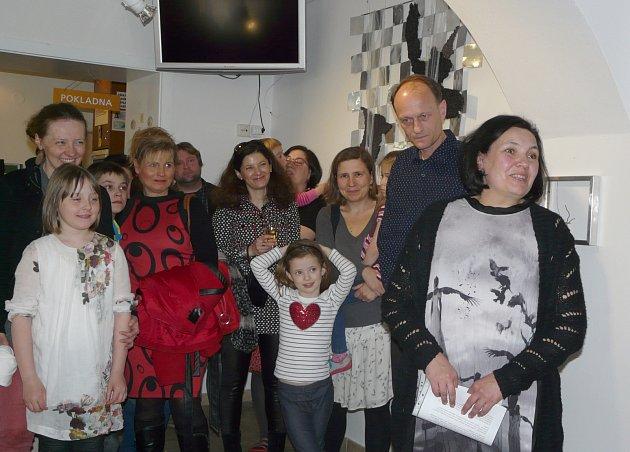 DIANA Pinkasová (vpravo) sdělila, že výstavu uspořádala ke svému životnímu výročí a zamluvila si ji vmuzeu již před dvěma roky.