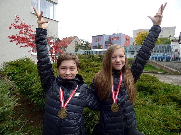 Luboš Hanus ze Žemličkovy Lhoty u Petrovic a Michaela Zelenková ze Sedlčan se o víkendu vrátili domů hned se třemi zlatými kovy.