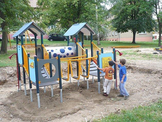 Dobříšské děti si na hřišti v ulici Boženy Němcové v Dobříši v den instalace ihned s radostí vyzkoušely nové atrakce.