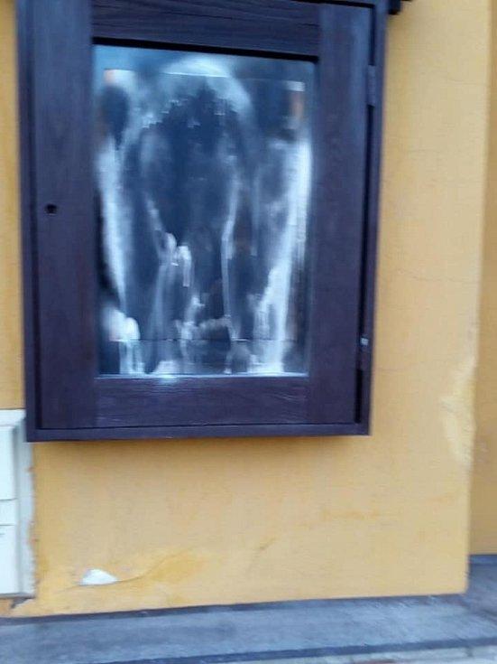 Projev vandalismu v Jincích: posprejovaná budova pivovaru Malý Janek.