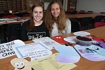"""Aneta Procházková (vlevo) a Petra Novotná, studentky a jejich fiktivní firma na přípravu """"omlazujících pastilek"""", kterých si prý připraví dostatek také na výročí školy."""