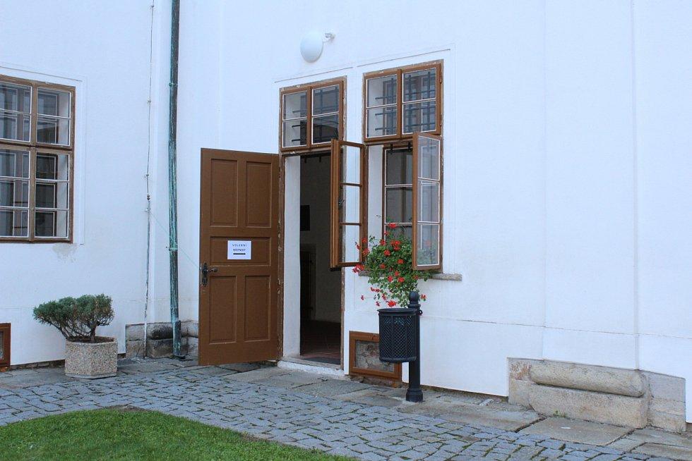 V Březnici byla jedna z volebních místností v bývalé jezuitské koleji.