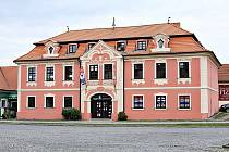 Kopáčkův dům na Mírovém náměstí v Dobříši, kde se slavnostně otevřela jak expozice rukavičkářského muzea, tak i městského.