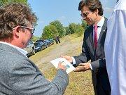 Velvyslanec Andrew Schapiro a tochovický starosta Radek Walter s fotografií zachycující místo setkání Josefa Pařízka a Newtona Parkera.