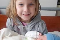 Jaroušek Skácel se poprvé podíval na svou maminku Anetu a tatínka Jaroslava v sobotu 28. listopadu a v ten den vážil 3,19 kg. Doma v Příbrami se už brášky nemůže dočkat jeho milující sestřička Nikolka.