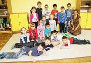 Prvňáčci ze ZŠ a MŠ Chlum, Nalžovice s třídní učitelkou Martinou Křížovou.