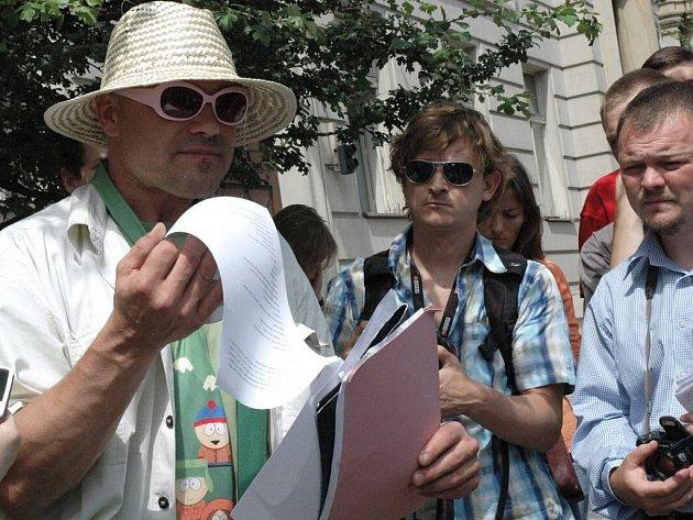Demonstraci proti krokům hejtmana Davida Ratha (ČSSD) chtěli v úterý uspořádat před Krajským úřadem Středočeského kraje, kde se právě konalo zasedání krajského zastupitelstva, odpůrci změn ve středočeských ústavech sociální péče.