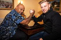 Americká boxerská legenda Mike Tyson s Petrem Větrovským.