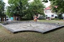 Kašna na náměstí v Petrovicích.