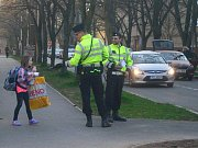Policisté v blízkosti školy upozorňovali děti na principy správného přecházení vozovky.