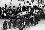Odvážení ostatků padlých v květnu 1945. Snímek z příbramského náměstí Viktoria (T. G. Masaryka) před budovou báňského ředitelství.