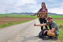 Michaela a David se připravují na Mistrovství České republiky v autostopu.