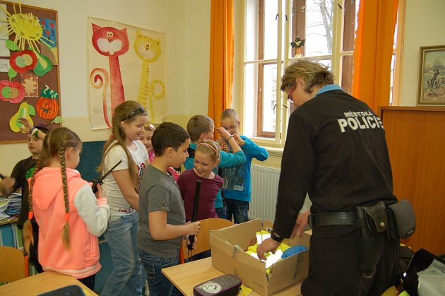 Strážníci mezi dětmi.