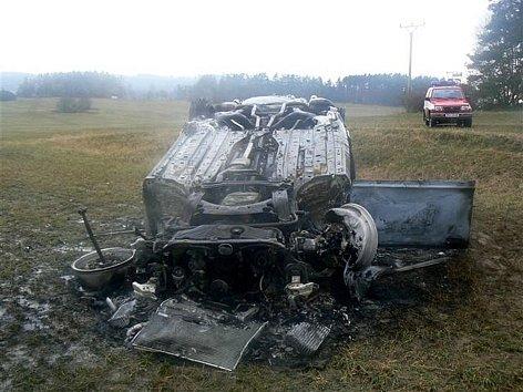 Po havárii osobní auto vzplálo.
