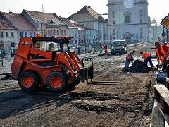 V Březnici pokračuje oprava náměstí, řidiči narazí na uzavírku.