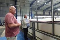 OSVĚTLENÍ na zimním stadionu bylo dokončeno. Předání zakázky se účastnil ve středu 27. července vedoucí zimního stadionu František Kadleček (vlevo) a starosta Sedlčan Jiří Burian.